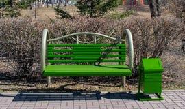 Πράσινος πάγκος στο πάρκο στοκ φωτογραφία