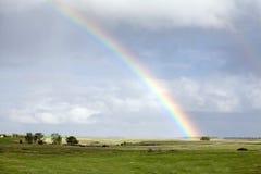 πράσινος πέρα από το ουράνιο τόξο λιβαδιού στοκ εικόνες
