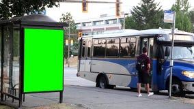 Πράσινος πίνακας διαφημίσεων για την αγγελία σας στη στάση λεωφορείου απόθεμα βίντεο