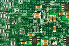 Πράσινος πίνακας κυκλωμάτων με τις διαδρομές, τα στοιχεία και το ηλεκτρόνιο αγωγών στοκ φωτογραφία