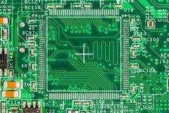 Πράσινος πίνακας κυκλωμάτων με τις διαδρομές, τα στοιχεία και το ηλεκτρόνιο αγωγών στοκ φωτογραφίες