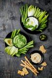 Πράσινος πίνακας πρόχειρων φαγητών λαχανικών με τις διάφορες εμβυθίσεις Σάλτσα γιαουρτιού ή labneh, hummus, hummus χορταριών ή pe Στοκ Εικόνες