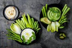 Πράσινος πίνακας πρόχειρων φαγητών λαχανικών με τις διάφορες εμβυθίσεις Σάλτσα ή labneh, hummus γιαουρτιού, hummus χορταριών ή pe Στοκ φωτογραφία με δικαίωμα ελεύθερης χρήσης