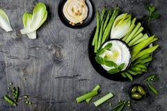 Πράσινος πίνακας πρόχειρων φαγητών λαχανικών με τις διάφορες εμβυθίσεις Σάλτσα γιαουρτιού ή labneh, hummus, με τα φρέσκα λαχανικά Στοκ εικόνες με δικαίωμα ελεύθερης χρήσης