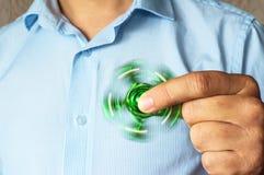 πράσινος περιστρεφόμενος κλώστης στο χέρι ενός ατόμου στοκ εικόνες με δικαίωμα ελεύθερης χρήσης