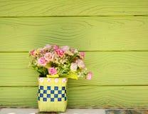 πράσινος πλαστικός vase λουλουδιών τοίχος Στοκ Φωτογραφία