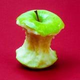 Πράσινος πυρήνας μήλων στο κόκκινο κλίμα Στοκ Φωτογραφία