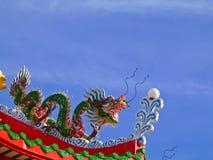 Πράσινος δράκος της Κίνας στην κορυφή το περίπτερο οκταγώνων Στοκ φωτογραφία με δικαίωμα ελεύθερης χρήσης