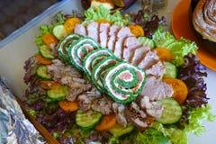 Πράσινος ρόλος με τα ψάρια Ένα πιάτο με τα πράσινα και τη σαλάτα και τις κρύες περικοπές στοκ φωτογραφία με δικαίωμα ελεύθερης χρήσης