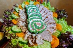 Πράσινος ρόλος με τα ψάρια Ένα πιάτο με τα πράσινα και τη σαλάτα και τις κρύες περικοπές στοκ εικόνες με δικαίωμα ελεύθερης χρήσης