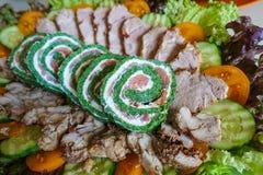 Πράσινος ρόλος με τα ψάρια Ένα πιάτο με τα πράσινα και τη σαλάτα και τις κρύες περικοπές στοκ εικόνες
