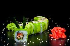 Πράσινος ρόλος δράκων με το χέλι, την πιπερόριζα και το wasabi Στοκ εικόνα με δικαίωμα ελεύθερης χρήσης