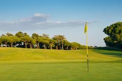 Πράσινος στο γήπεδο του γκολφ με τη σημαία και την τρύπα, που συλλαμβάνονται στο Αλγκάρβε, νότια Πορτογαλία Στοκ Εικόνες
