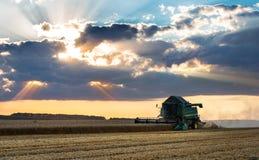 Πράσινος συνδυάστε και δραματικός ουρανός στοκ φωτογραφία με δικαίωμα ελεύθερης χρήσης