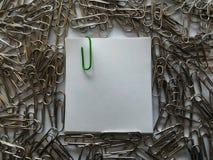 Πράσινος συνδετήρας στη σημείωση στοκ φωτογραφία με δικαίωμα ελεύθερης χρήσης