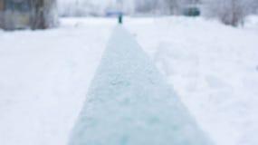 Πράσινος σωλήνας που καλύπτεται με όμορφα snowflakes Στοκ φωτογραφία με δικαίωμα ελεύθερης χρήσης