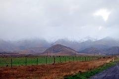 Πράσινος τομέας αγροκτημάτων και βουνών στην ομίχλη Στοκ φωτογραφία με δικαίωμα ελεύθερης χρήσης