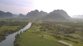 Πράσινος τομέας φυστικιών μεταξύ του μπλε ποταμού και του τοπικού villiage φιλμ μικρού μήκους