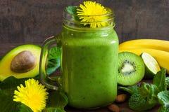 Πράσινος υγιής καταφερτζής στο βάζο γυαλιού με το αβοκάντο, μπανάνα, ακτινίδιο, Στοκ Εικόνα