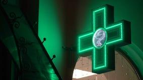 Πράσινος φαρμακευτικός σταυρός Iluminated Σημάδι οδών φαρμακείων απόθεμα βίντεο