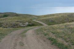 Πράσινος, χλοώδης λόφος Η πορεία, ο δρόμος στο λόφο Θερινή περίοδο r στοκ φωτογραφία με δικαίωμα ελεύθερης χρήσης