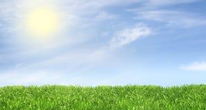 Πράσινος χορτοτάπητας ενάντια σε έναν φιλικό ηλιόλουστο ουρανό Στοκ Εικόνες