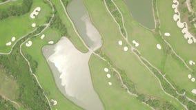Πράσινος χορτοτάπητας τοπ άποψης των γηπέδων του γκολφ και της λίμνης  φιλμ μικρού μήκους