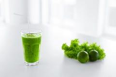 πράσινος χυμός κατανάλωση υγιής Καταφερτζής Detox Τρόφιμα, έννοια διατροφής Στοκ Εικόνες