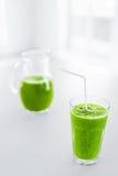 πράσινος χυμός κατανάλωση υγιής Καταφερτζής Detox Τρόφιμα, έννοια διατροφής Στοκ Φωτογραφίες
