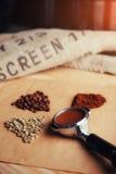 Πράσινος, ψημένος, έδαφος και στιγμιαίος καφές στοκ εικόνες