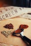 Πράσινος, ψημένος, έδαφος και στιγμιαίος καφές στοκ φωτογραφίες