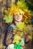 Πράσινος-eyed κορίτσι με ένα στεφάνι των κίτρινων φύλλων στο κεφάλι της στοκ φωτογραφία με δικαίωμα ελεύθερης χρήσης