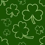 Πράσινο άνευ ραφής σχέδιο με τέσσερα και τριφύλλια φύλλων δέντρων για την ημέρα Αγίου Πάτρικ r διανυσματική απεικόνιση