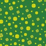 Πράσινο άνευ ραφής υπόβαθρο με τα λουλούδια και τις καρδιές Στοκ Εικόνες