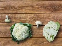 Πράσινο λάχανο κουνουπιδιών περικοπών οργανικό στο ξύλινο υπόβαθρο στοκ εικόνες