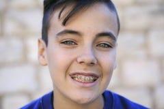 Πράσινο αγόρι ματιών με τα υποστηρίγματα στοκ εικόνα