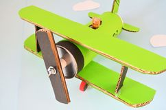 Πράσινο αεροπλάνο φιαγμένο από χαρτόνι Στοκ εικόνα με δικαίωμα ελεύθερης χρήσης