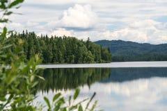 Πράσινο ακρωτήριο στη λίμνη Λίμνη Tagasuk Στοκ φωτογραφίες με δικαίωμα ελεύθερης χρήσης