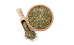 Πράσινο αλμυρό μίγμα ή Chubritsa στο ξύλινο κύπελλο και σέσουλα που απομονώνεται στο άσπρο υπόβαθρο Τοπ όψη Καρυκεύματα και συστα στοκ εικόνες