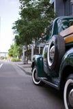 Πράσινο αναδρομικό φορτηγό στην οδό πόλεων στοκ φωτογραφία