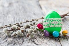 Πράσινο αυγό Πάσχας που διακοσμείται με τον κλάδο δαντελλών και ιτιών στο ξύλινο υπόβαθρο Εκλεκτική εστίαση Στοκ εικόνες με δικαίωμα ελεύθερης χρήσης