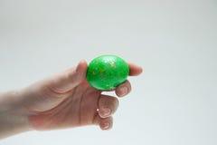 Πράσινο αυγό Πάσχας στο θηλυκό χέρι Στοκ εικόνα με δικαίωμα ελεύθερης χρήσης