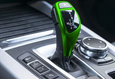 Πράσινο αυτόματο ραβδί εργαλείων ενός σύγχρονου αυτοκινήτου σύγχρονες εσωτερικές λεπτομέρειες αυτοκινήτων Κλείστε επάνω την όψη Α στοκ φωτογραφία