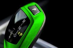 Πράσινο αυτόματο ραβδί εργαλείων ενός σύγχρονου αυτοκινήτου σύγχρονες εσωτερικές λεπτομέρειες αυτοκινήτων Κλείστε επάνω την όψη Α στοκ φωτογραφίες