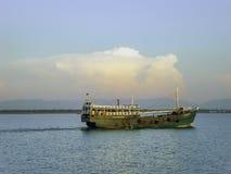 Πράσινο αλιευτικό πλοιάριο αλιείας στο Naf ποταμό, Μπανγκλαντές Στοκ εικόνα με δικαίωμα ελεύθερης χρήσης