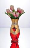 Πράσινο βάζο γυαλιού με τα πορφυρά λουλούδια Στοκ Εικόνα
