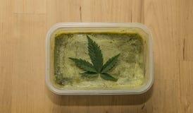Πράσινο βούτυρο μαριχουάνα μετά από να τελειώσει το μαγείρεμα Στοκ Εικόνα
