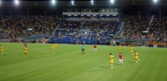 Πράσινο γήπεδο ποδοσφαίρου, ισραηλινό ποδόσφαιρο, ποδοσφαιριστές στον τομέα, ποδοσφαιρικό παιχνίδι στο Τελ Αβίβ Παγκόσμιο Κύπελλο Στοκ Εικόνες