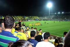 Πράσινο γήπεδο ποδοσφαίρου, ισραηλινό ποδόσφαιρο, ποδοσφαιριστές στον τομέα, ποδοσφαιρικό παιχνίδι στο Τελ Αβίβ Παγκόσμιο Κύπελλο στοκ εικόνα