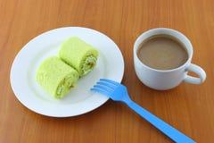 πράσινο γλυκό ρόλων κέικ ποτών Στοκ εικόνα με δικαίωμα ελεύθερης χρήσης